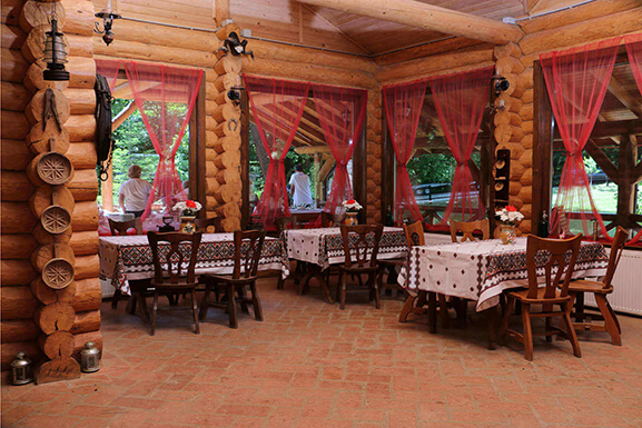 cabana izvoranu buzau restaurant mese ferestre